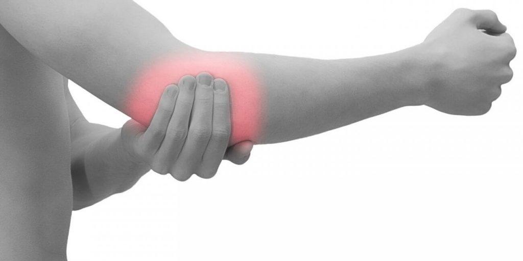 sąnarių skausmas ir pagal briaunų stiprus skausmas nykščio sąnario