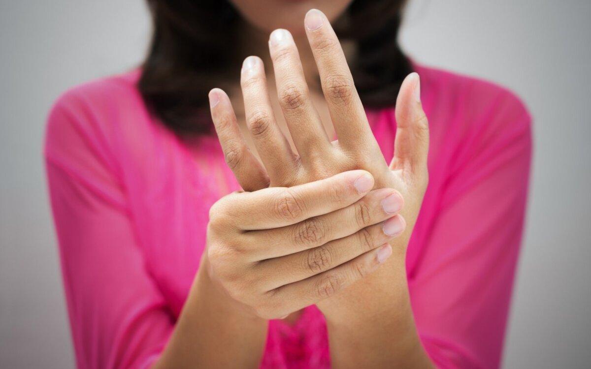 sąnarių skausmas ir išsipūsti savo rankas