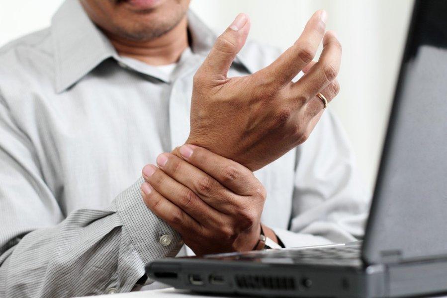 sąnarių sustingimas apkabindamas rankoje paciento užraktai susta