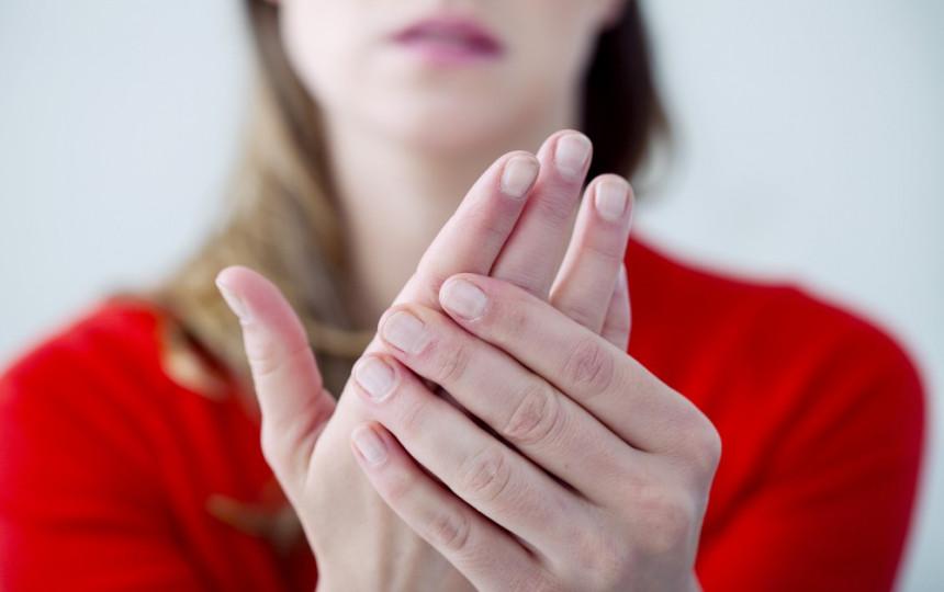 vidurio piršto sąnarys žalos artritas iš seklių pėsčiomis