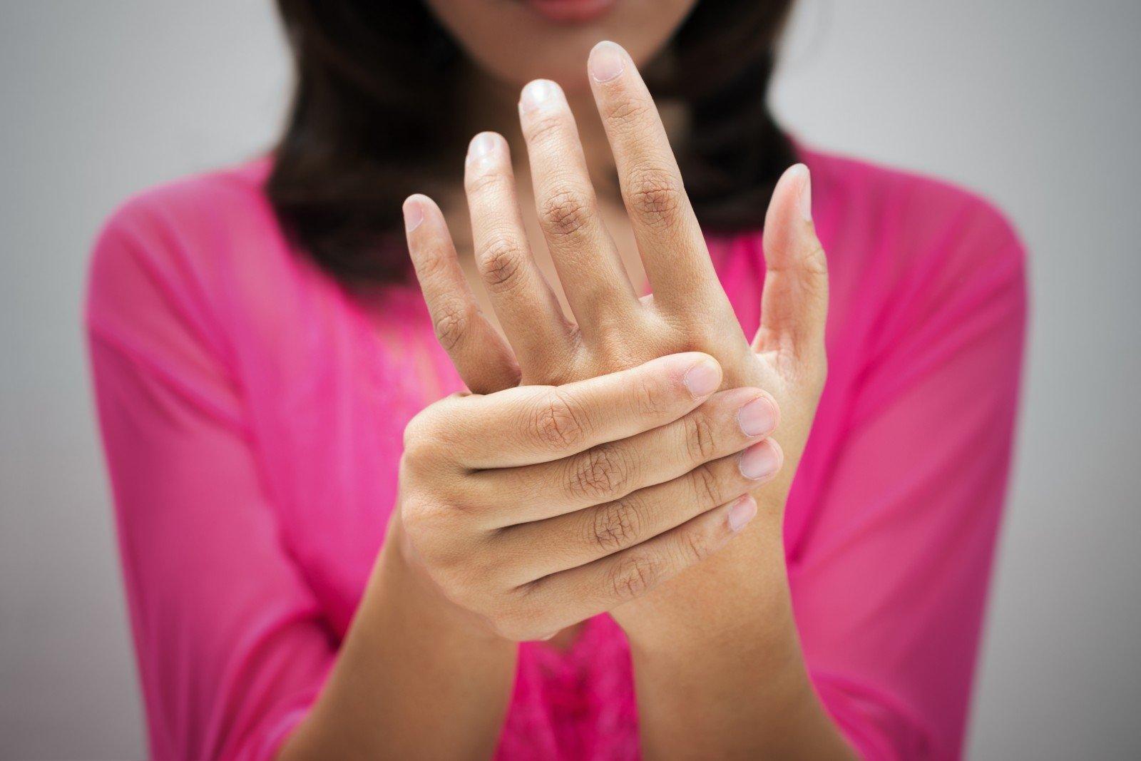 skausmas rankose sąnarių apsinuodijimo rizartroz artritiniu nykščio gydymas