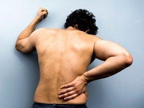 skausmas nugaros apacioje desineje artritas rankas ir kojas