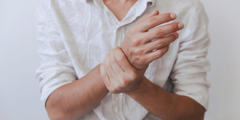 skauda kairiojo riešo sąnarių rankos pirštų sąnariai dažnai skauda
