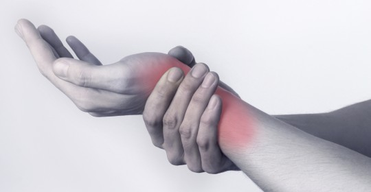 ant riešo iš sąnario skausmo