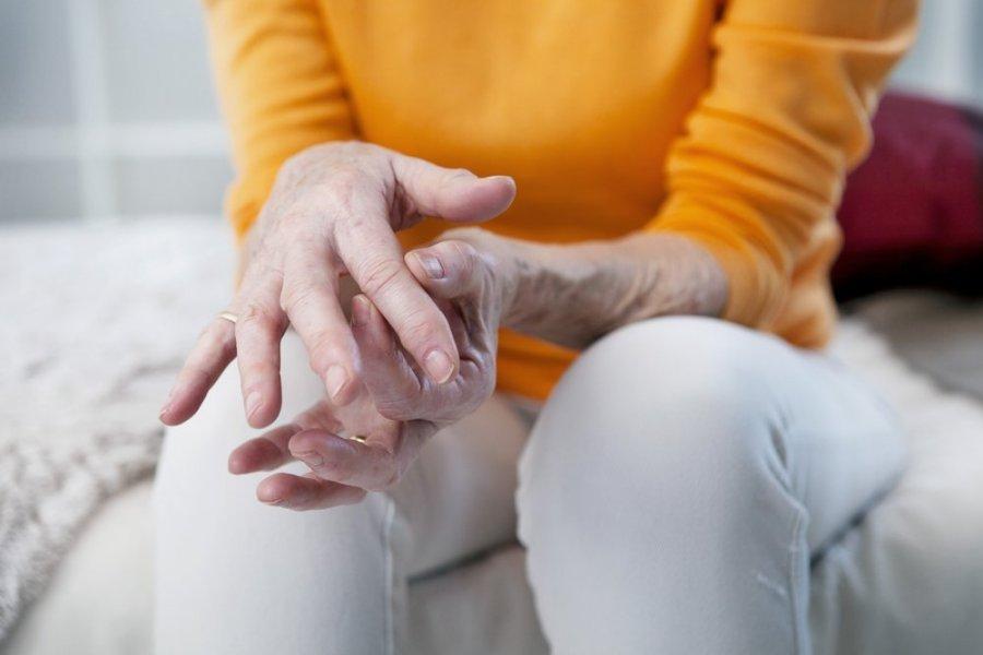 gydymas skausmas rankų pirštų sąnario